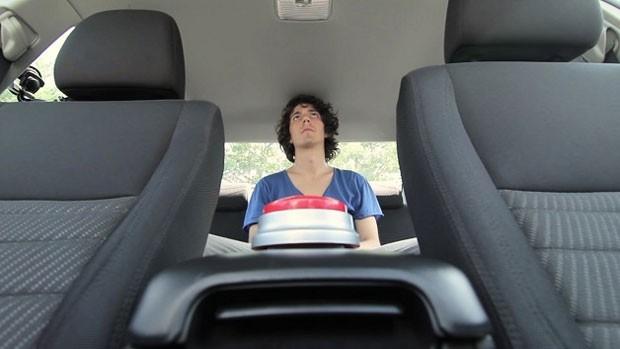 Adultos vivenciam a situação de crianças esquecidas dentro do carro (Foto: Reprodução/YouTube)