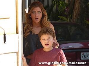 Pedro e Sofia se assustam com explosão (Foto: Malhação / TV Globo)