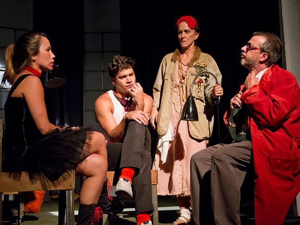 Cena de 'O que Você Mentir eu Acredito', que tem Armando Babaioff no elenco (Foto: Divulgação)