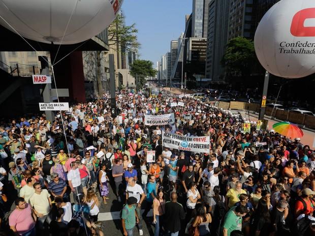 Professores em greve fazem passeata na Avenida Paulista, em São Paulo. Eles reivindicam reajuste salarial e fazem assembléia para definir os rumos da categoria (Foto: Nelson Antoine/Frame/Estadão Conteúdo)