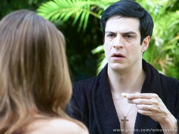 Félix quase não acredita quando Paloma o questiona sobre certas ações do vilão (Foto: Amor à Vida / TV Globo)