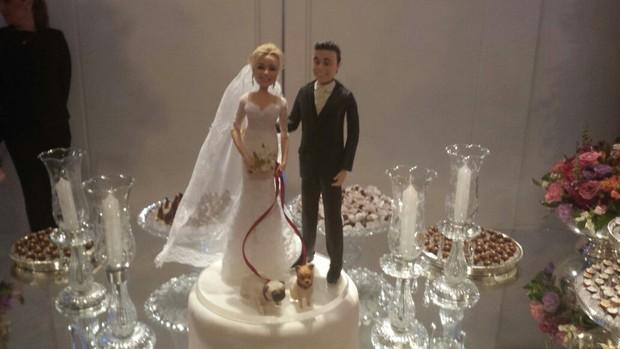 Detalhe dos bonecos do bolo: casamento de Rodrigo Scarpa e Gabi Baptista (Foto: EGO)