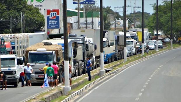 Dilma sanciona sem vetos Lei dos Caminhoneiros