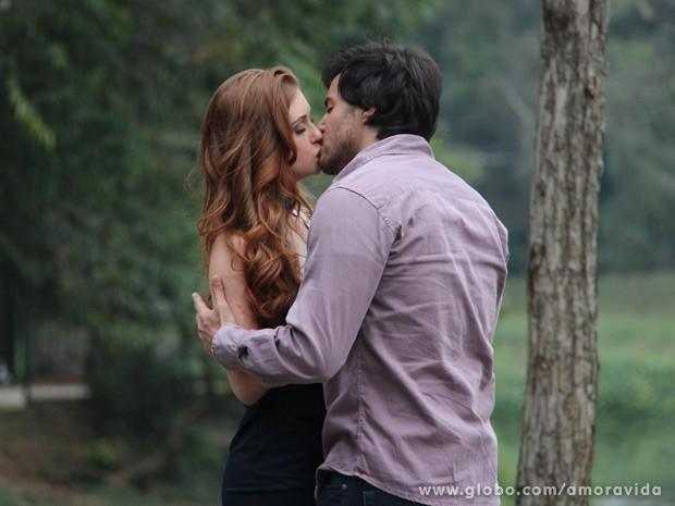 Marina Ruy Barbosa e Ricardo Tozzi gravam beijo de personagens (Foto: Amor à Vida/TV Globo)