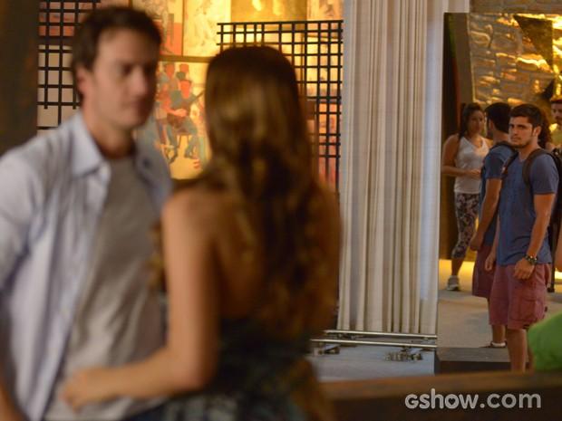 Andrá não gosta nadinha de ver Luiza aos beijos com Laerte (Foto: Raphael Dias/TV Globo)