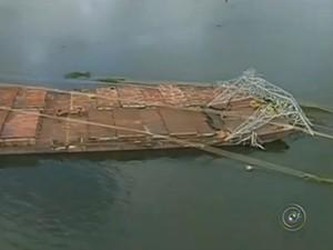 Acidente com a barcaça trouxe problemas para o tráfego no local (Foto: Reprodução / TV Tem)