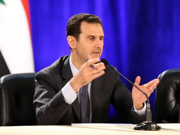 """O presidente da Síria Bashar al-Assad fala durante visita à Faculdade de Ciências Políticas de Damasco neste domingo (13). """"Este é um ponto de virada na crise, tanto militar, quanto socialmente""""  (Foto: SANA / AFP)"""