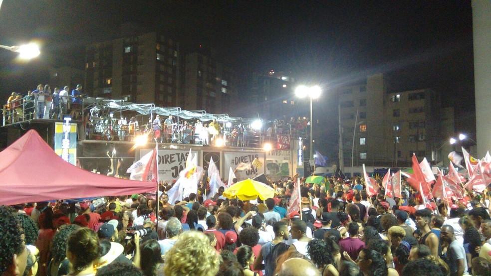Ato começou por volta das 15h20 e segue pela noite no Farol da Barra (Foto: Maiana Belo/G1 Bahia)