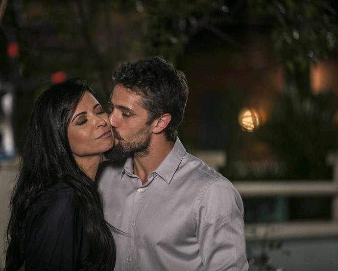 César finge que sentiu saudades da namorada (Foto: Inacio Moraes / Gshow)