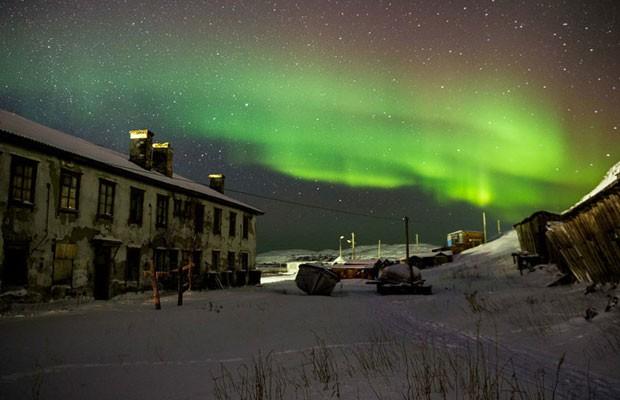 Teriberka é um vilarejo russo localizado no Círculo Polar Ártico. Durante o inverno, a escuridão encobre a região por quase 24 horas por dia. Em fevereiro, o sol aparece muito brevemente no horizonte e quase imediatamente se põe.  (Foto: Ivan Dementievskiy )