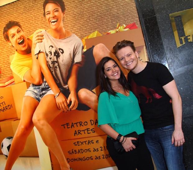 Thais e Michel na frente do cartaz do espetáculo (Foto: AgNews / Anderson Borde)