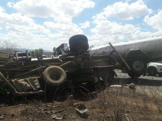Caminhões-pipa colidiram e uma pessoa morreu no acidente em Jataúba (Foto: Gilson Fernandes/Avant Mídia)