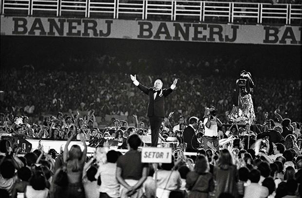 RJ 26/01/1980 Frank Sinatra (Visita ao Brasil). Show no Maracanã. Foto J.R. Ripper / Agência O Globo - Negativo :  80-1625 (Foto: Daryan Dornelles)