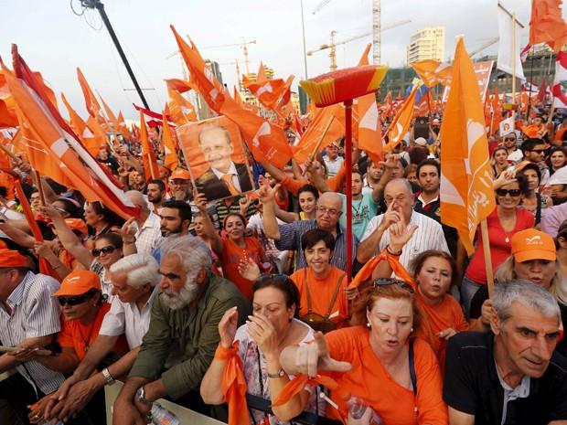 Apoiadores do Movimento Patriótico Livre participam de manifestação pedindo eleições para presidente em Beirute, na sexta (4) (Foto: Reuters/Mohamed Azakir)