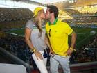 No Dia dos Namorados, famosos beijam durante o jogo do Brasil