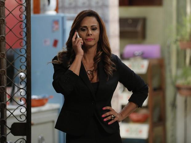 Naná liga para Antônio e fica nervosa com atraso do noivo (Foto: Felipe Monteiro / Gshow)