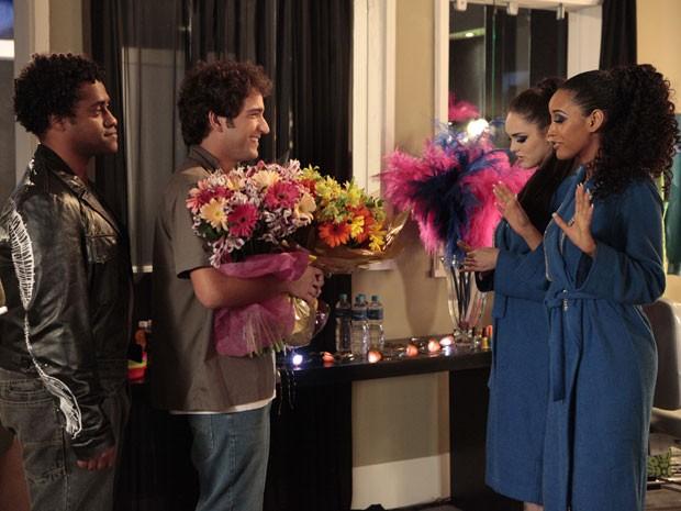 Elano presenteia empreguetes com flores (Foto: Cheias de Charme / TV Globo)