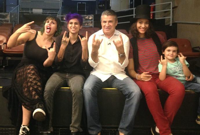 O apresentador Pescuma também entrou no ritmo do rock 'n' roll com as meninas da banda Theo Charbel e as Piratas do Cerrado (Foto: Luana Daubian)