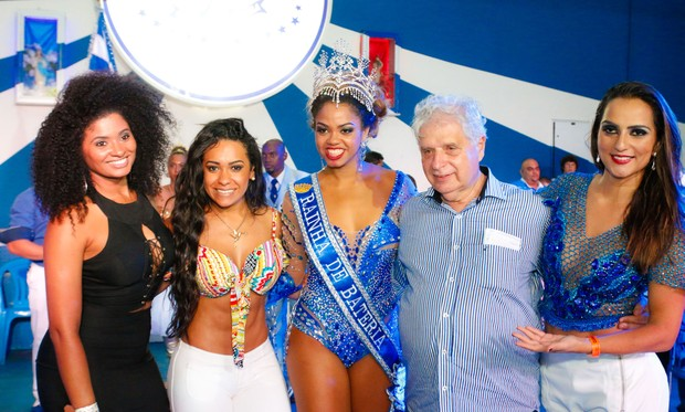 Bianca Monteiro, nova rainha de bateria da Portela, posa com o presidente Luis Carlos e outras beldades (Foto: Leo Cordeiro / Divulgação)