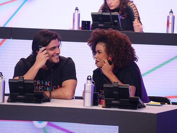Bruno Gissoni e Jennifer Nascimento atendem às ligações (Foto: divulgação/TV Globo)