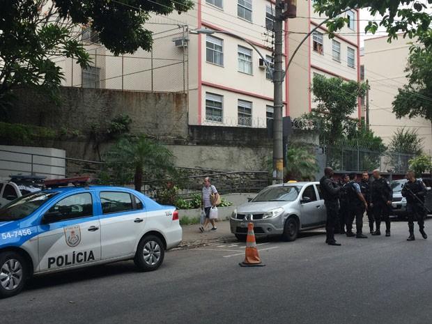 PMs na porta de 19ª DP, na Tijuca, Zona Norte do Rio (Foto: Fernanda Rouvenat/G1)