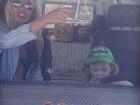 Ao lado da mãe, filho de Adriane Galisteu brinca de dirigir Kombi