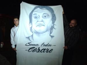 Amigos demonstraram apoio ao ex-ativista italiano (Foto: Dione Aguiar/G1)