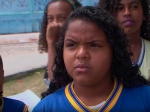 Estudante Lara Cristine Gomes tem que andar 14 km para ir à escola na Bahia (Foto: Reprodução/TV Subaé)