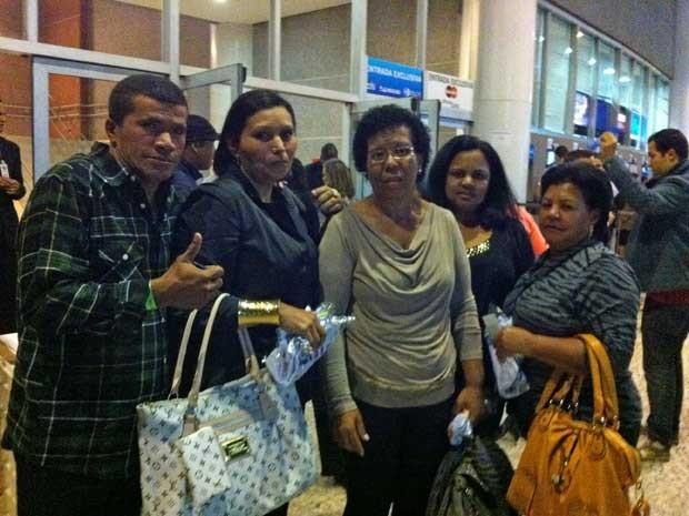 Segunda da esquerda, a irmã de Naldo, Soleide, junto a familiares do cantor que foram a SP em ônibus bancado por ele (Foto: Rodrigo Ortega / G1)