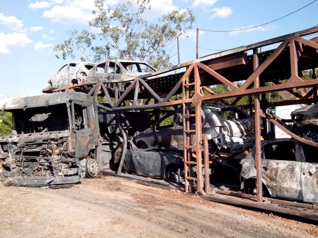 Incêndio em caminhão cegonha fecha a Via Dutra por 1h30 em Jacareí (Foto: Eduardo Marcondes/ TV Vanguarda)