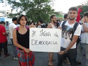 Carlos Filho e Joanna Monteiro foram às ruas de Caruaru para defender a democracia  (Foto: Joalline Nascimento/ G1)