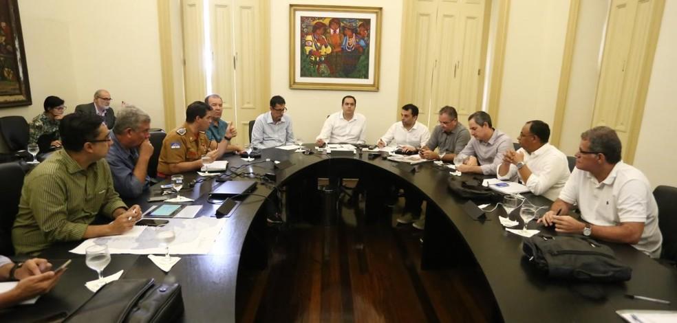 Governador reuniu equipe para monitorar situação  (Foto: Roberto Pereira/SEI)
