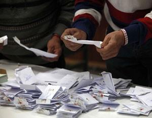 Contagem das cédulas de votação começou logo após as urnas serem fechadas, às 18h. (Foto: Carlos Vera/Reuters)