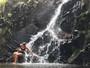 Camila Pitanga posa de biquíni em cachoeira em Minas Gerais