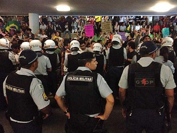 Observados por manifestantes, policiais fazem cordão de isolamento na Chapelaria, no Congresso Nacional (Foto: Fabiano Costa/G1)