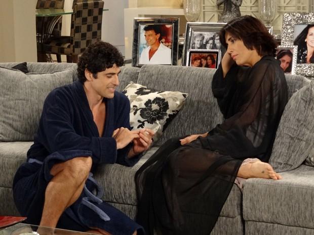 Só amor! Nando e Roberta acordam em clima de romance e o motorista se declara (Foto: Guerra dos Sexos/TV Globo)