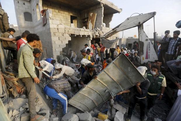 Pessoas buscam por sobreviventes em escombros de ataque em Sanaa  (Foto: Khaled Abdullah/Reuters)
