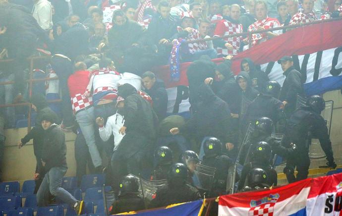 Confusão Torcida Policia, Itália X Croácia (Foto: Agência EFE)