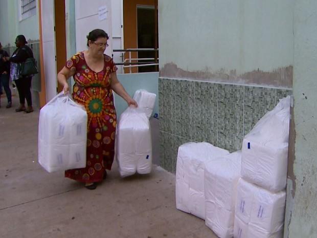 Francisca Garcia precisou pegar fraldas em tamanho menor, já que não havia numeração para os pacientes cuidados por ela (Foto: Carlos Trinca/EPTV)