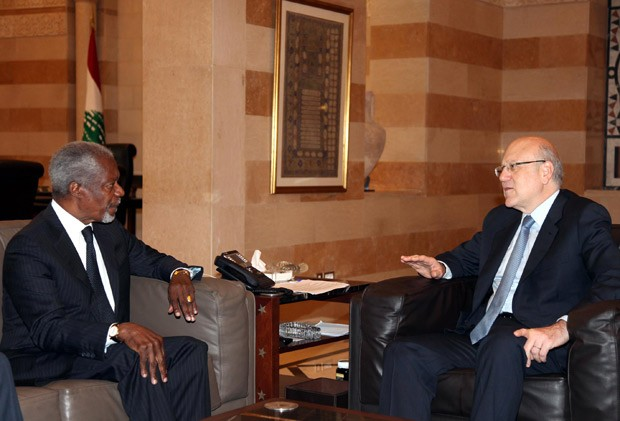 Kofi Annan (esq.) durante encontro nesta sexta com o primeiro-ministro libanês Najib Mikati  (Foto: AFP)