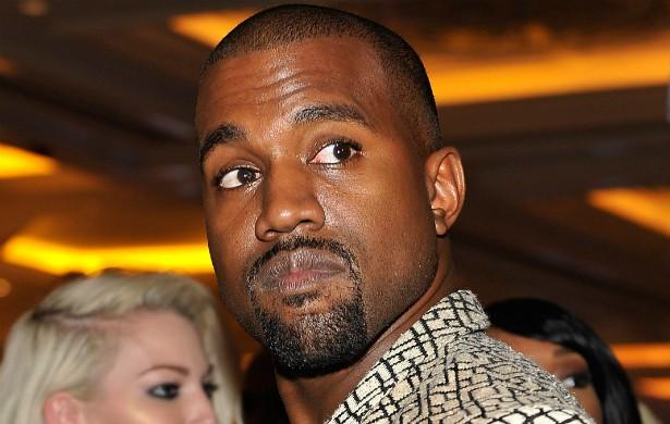 Kanye West é outro que quase morreu num acidente automobilístico, em 2002. O rapper agaradeceu a Deus por ter sobrevivido e compôs uma música sobre o ocorrido, chamada 'Through the Wire'. (Foto: Getty Images)