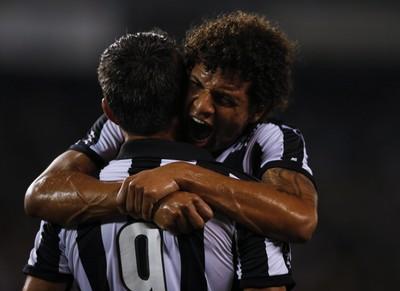 Arão e Navarro Botafogo x Atlético-GO (Foto: Alexandre Cassiano/ Agência O Globo)