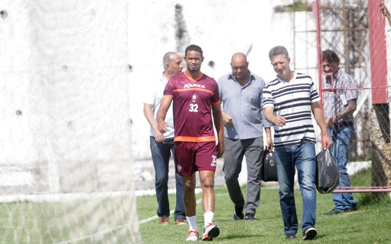 O goleiro Bruno caminha com Roberto Moraes, diretor do Boa Esporte Clube e responsável por contratá-lo (Foto: Alex de Jesus / O Tempo / Agência O Globo)