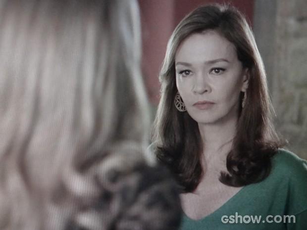 Helena é obrigada a ouvir as barbaridades de Shirley (Foto: Em Família/TV Globo)
