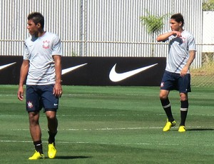 Paulinho e Paolo Guerreiro no treino do Corinthians (Foto: Carlos Augusto Ferrari / Globoesporte.com)