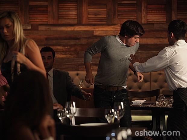 Ernesto derruba a bandeja do garçom e causa a maior confusão (Foto: Pedro Curi / TV Globo)