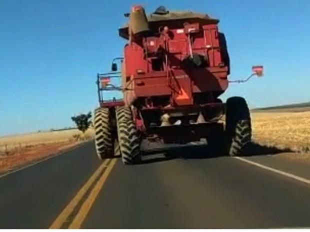 Máquinas agrícolas são flagradas trafegando em rodovias de Goiás; vídeo (Foto: Reprodução/TV Anhanguera)