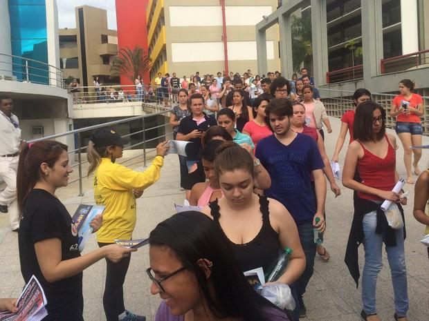 ENEM 2016 - SÁBADO (5) – GOIÂNIA (GO) - Estudantes deixam a área 2 da PUC-GO, em Goiânia, já com os cadernos de prova (Foto: Paula Resende/G1)