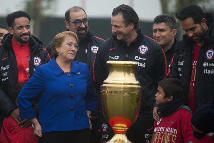 Michelle Bachelet encontra chilenos campeões da Copa América (Foto: AFP)