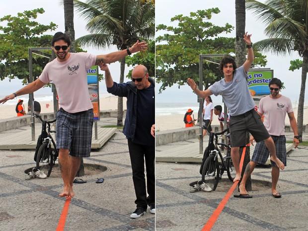Guilherme Prates (Dinho) ensina Danilo Sacramento (Cezar) a praticar slackline. Blota Filho (Mathias careca) ajuda Danilo  (Foto: Malhação)